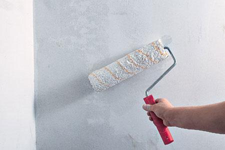 Грунтование стен при помощи валика
