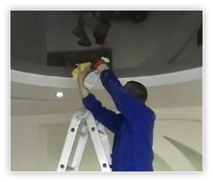 Использование стремянки при мытье потолка