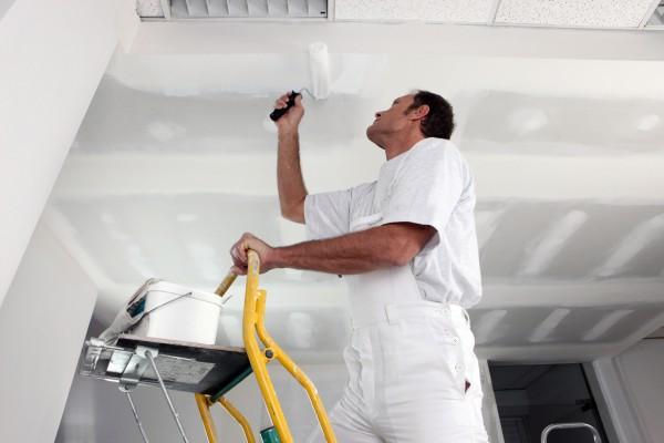 Красить потолок своими руками очень непросто