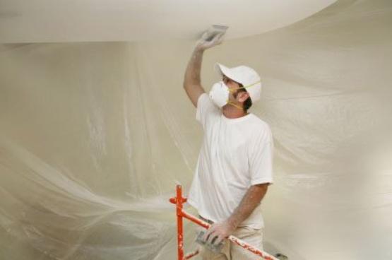 Шлифовка потолка после завершения шпаклевания